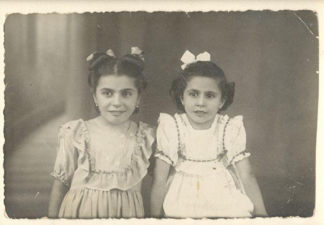 Isabel y María Jesús Brotons peñasco, hermanas del poeta. Hacia1948.