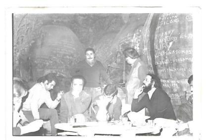 """J. Brotóns leyendo poemas en la cueva-bodega varias veces centenaria del grupo artístico-literario: """"El Trascacho"""", en Valdepeñas (Castilla-La Mancha). Hacia, 1975-76."""