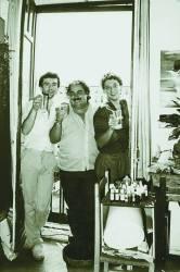 Foto de los años 80, en la que el poeta J. Brotóns está en Madrid con el pintor Oscar Benedí y el fotógrafo Carlos Tarancón, en una noche loca...
