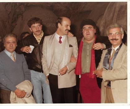 """De izda a dcha: Pascual Antonio Beño (escritor), Vicente Nello (pintor), Miguel Galanes (escritor), Joaquín Brotóns (poeta) y Raúl Carbonell (escritor), en la centenaria cueva-bodega del grupo artístico-literario: """"El Trascacho"""", en Valdepeñas, 1982."""