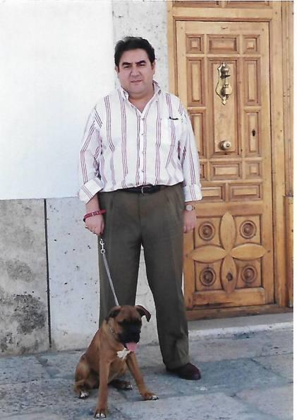 Joaquín Brotóns y uno de sus cachorros de raza Boxer, dado que le encantaba dicha raza. Valdepeñas, 1995.