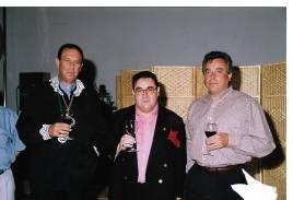 Joaquín Brotóns ( en el centro), junto a Enrique Martín Peñasco-Izda- (Presidente de la D.O. Valdepeñas) y Juan Antonio Solís-Dcha-, copropietario junto a sus hermanos de las famosas bodegas Félix Solís, de Valdepeñas, que fundó su padre en 1952 y que sus hijos han convertido en una de las bodegas más importantes del mundo, que exporta sus vinos a más de 100 países.