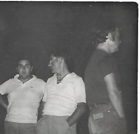 De izda a dcha: Un joven Joaquín Brotóns y un amigo, en Areys de Mar (Cataluña).