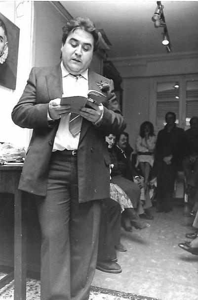 """Joaquín Brotóns leyendo poemas de su antología: """"La desnudez cómplice de los dioses"""", en la."""" Asociación Cultural Hispano-Helénica"""", en Madrid, el 18/4/1986, donde lo presentó el profesor, helenista y traductor de Cavafis, Luis de Cañigral, que es el autor del estudio introductorio a dicha antología, que publicó la Diputación de Ciudad Real, en su colección: """"Biblioteca de Autores Manchegos"""", Ciudad Real, 1985."""
