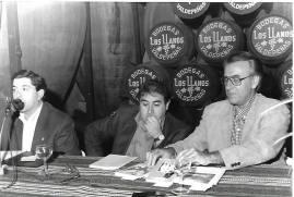 """De Izda a dcha: Manuel López (Secretario de la: """"Asociación Jóvenes Amigos del Vino""""), Joaquín Brotóns y Victoriano González de la Aleja (Alcalde de Valdepeñas), en la lectura de poemas publicados e inéditos que J. Brotóns hizo en las centenarias: """"Bodegas Los LLanos"""", en Valdepeñas, el 13/9/1996."""