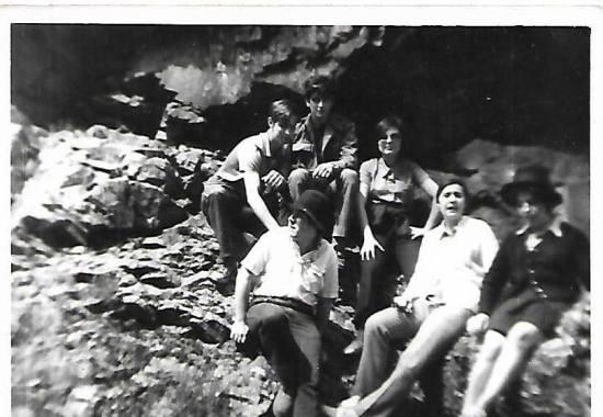 """De arriba abajo y de izquierda a derecha, el primero de la fila de abajo es, Joaquín Brotons Peñasco-con sobrero- y un grupo de amigos/as, en la Sierra de Cárdenas, en: """"Despeña- perros"""", en febrero de 1970."""