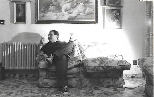 Joaquín Brotons Peñasco con una copa de vino y abanicándose, en Madrid. Hacia 1985-86. Foto: Valentín Hidalgo.