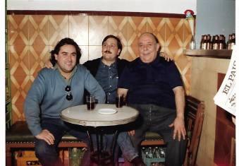 """De izda a dcha: Joaquín Brotóns, Cecilio Moreno, y Paco, el dueño de la taberna: """"Casa Lucas"""", de Valdepeñas, ya tristemente desaparecida, como tantas otras: Casa Saéz, La Taurina, El Cojo, Los Caracoles, El Almeja, La Guitarra, Cabeza Pero..., que formaron parte de la juventud báquica y bohemia del poeta J. Brotóns."""
