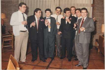 El segundo por la izquierda es el poeta Joaquin Brotons Peñasco, entre amigos, en una fiesta. Valdepeñas, 1978.